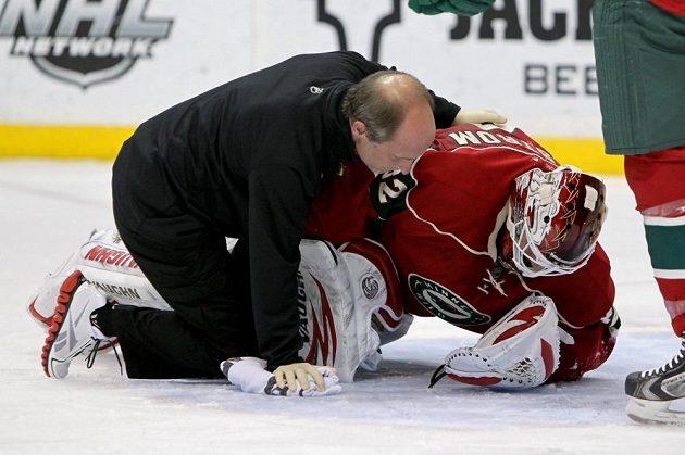 Brankáře Wild Niklase Bäckströma musel po faulu ošetřit lékař.