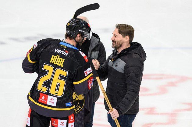 Viktor Hübl z Litvínova dostává od trenérů Václava Sýkory a Vladimíra Országha dres a hokejku při dosažení 809. bodu v základní části během své kariéry