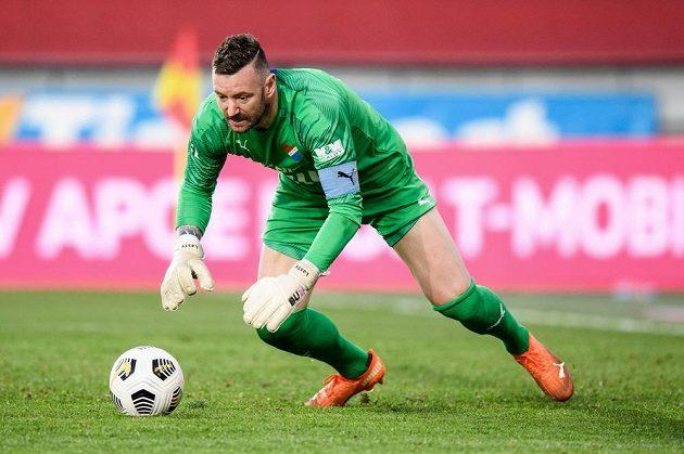 Brankář Baníku Ostrava Jan Laštůvka zasahuje během utkání 31. kola Fortuna ligy.
