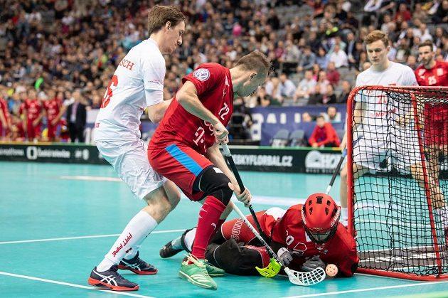Adam Delong (uprostřed), Christoph Camenisch (vlevo) a brankář Švýcarska Pascal Meier během utkání v základní skupině Mistrovství světa ve florbale