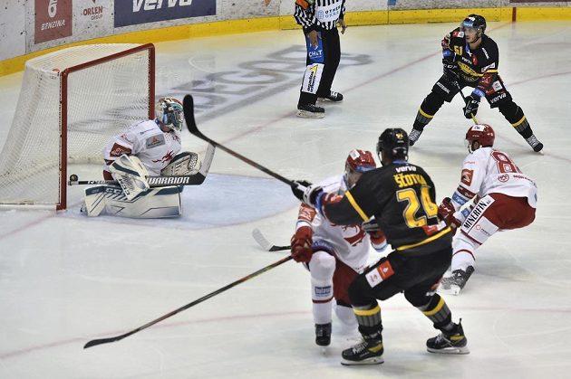 Jan Ščotka z Litvínova dává první gól.
