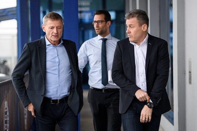 Sportovní ředitel Sparty Praha Zdeněk Ščasný (vlevo) a nový trenér Pavel Hapal přicházejí na tiskovou konferenci, doprovází je Ondřej Kasík, šéf komunikace v letenském klubu.