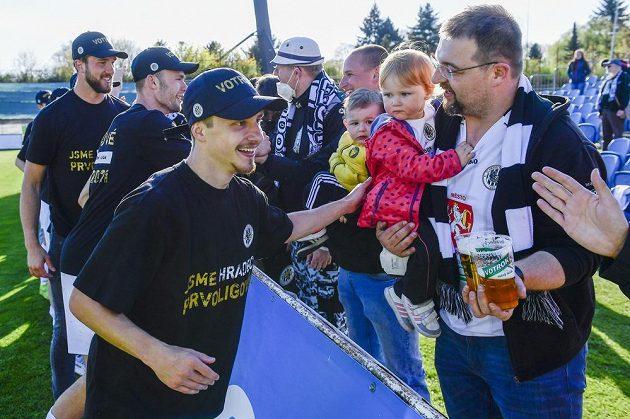 Adam Vlkanova (vlevo) z Hradce Králové oslavuje s fanoušky vyhrané utkání a postup do první ligy.