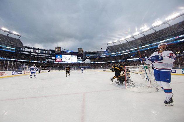 Max Pacioretty (67) z Montrealu jásá po gólu Brendana Gallaghera při Winter Classic na ledě Bostonu.