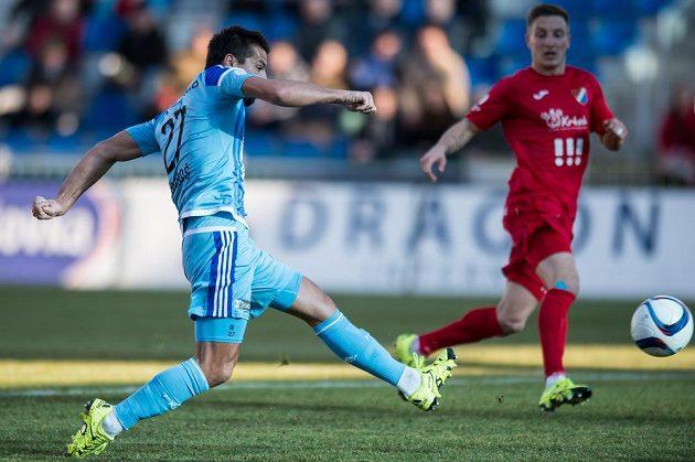 Útočník Mladé Boleslavi Milan Baroš střílí gól Baníku Ostrava.