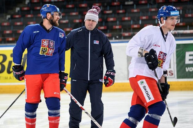 Michal Jordán a asistent trenéra Jaroslav Špaček během tréninku hokejové reprezentace.
