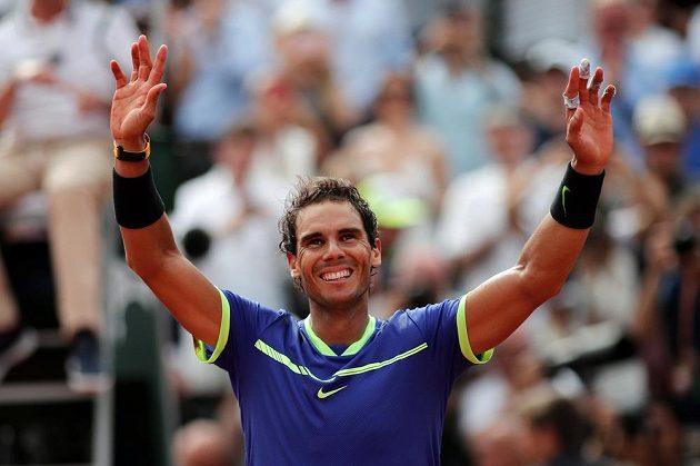 Rafael Nadal se raduje z jubilejního desátého triumfu na French Open.