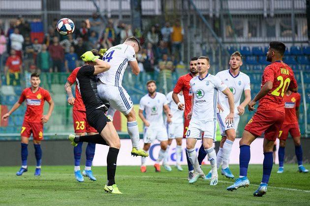 Neuznaný gól Mladé Boleslavi. Antonín Křapka z Mladé Boleslavi fauluje brankáře FCSB Daniela Vlada