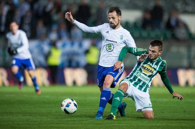 Marek Matějovský z Mladé Boleslavi (vlevo) a Milan Jirásek v souboji o míč.