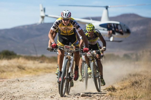 Jaroslav Kulhavý z týmu Songo Specialized táhne skupinu při jedné z etap Cape Epic 2015.