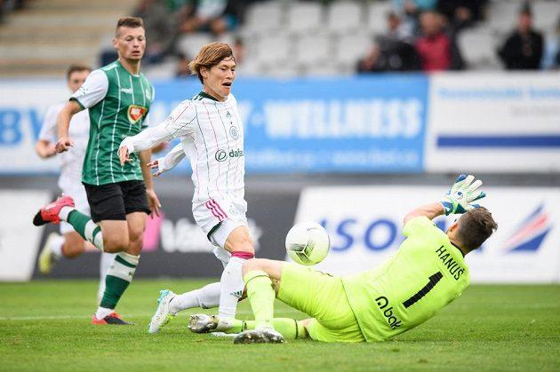Kyogo Furuhashi ze Celtiku překonává brankáře Jablonce Jana Hanuše a střílí gól na 2:0 během utkání 3. předkola Evropské ligy.