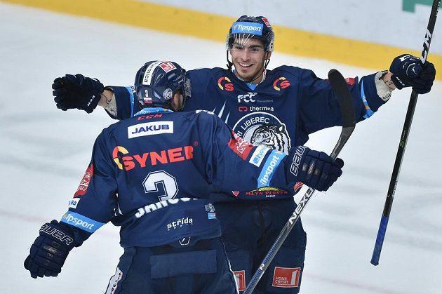 Autor druhého libereckého gólu Dominik Lakatoš (vpravo) se raduje se spoluhráčem Adamem Jánošíkem.