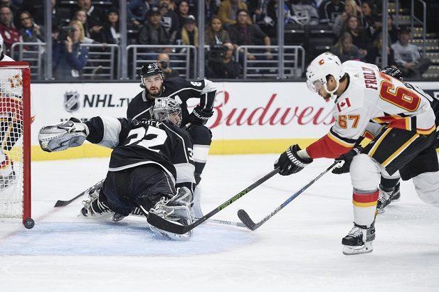 Český útočník Michael Frolík z Calgary Flames střílí gól na ledě Los Angeles Kings v utkání NHL.
