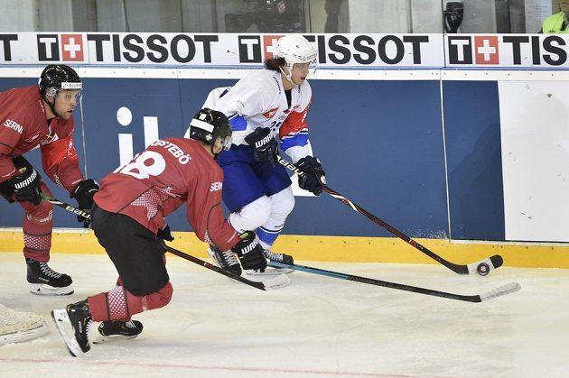 Karel Plášek z Brna se snaží uniknout dvojici hráčů Frölundy v úvodním utkání čtvrtfinále play off hokejové Ligy mistrů.