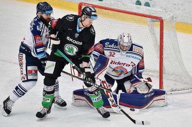 Tomáš Urban (uprostřed) z Boleslavi a brankář Patrik Bartošák a Jan Výtísk z Vítkovic.