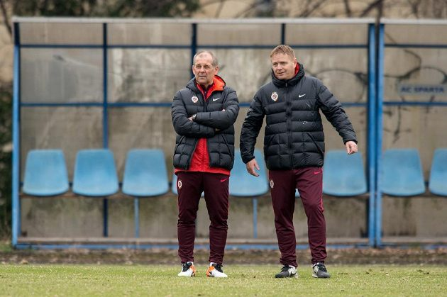 Nový trenér Sparty Petr Rada (vlevo) a asistent Stanislav Hejkal během prvního tréninku.
