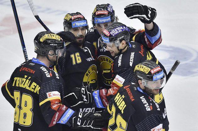 Hokejisté Litvínova (zleva) Jakub Petružálek, František Lukeš, Patrick Kudla, Tomáš Pavelka a Viktor Hübl se radují z prvního gólu.