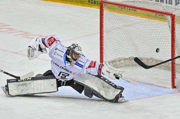 Brankář Karlových Varů Vladislav Habal pouští gól po střele Adama Poláška ze Sparty.