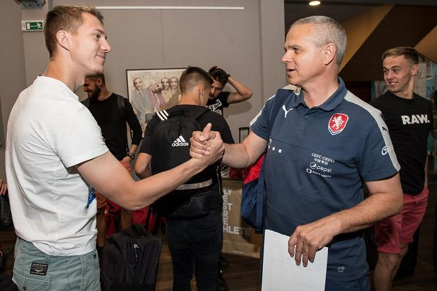 Lukáš Juliš (vlevo) a trenér Vítězslav Lavička během srazu reprezentace do 21 let před nadcházejícím ME v Polsku.