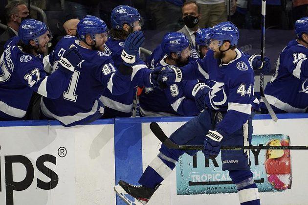 Český obránce Tampy Bay Lightning Jan Rutta (44) slaví u střídačky svůj gól do sítě NY Islanders v semifinále NHL.
