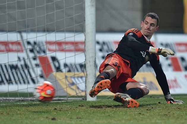 Brankář Jihlavy Matej Rakovan inkasuje gól z penalty od jabloneckého Tecla.