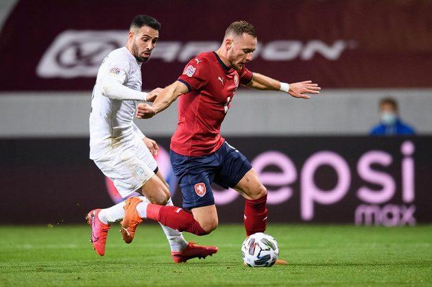 Eyal Golasa z Izraele a český obránce Vladimír Coufal v souboji během utkáním Ligy národů.
