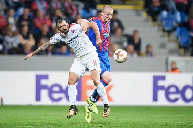 Vladimir Broun z Beer Ševy a Michael Krmenčík z Viktorie Plzeň během utkání základní skupiny Evropské ligy.
