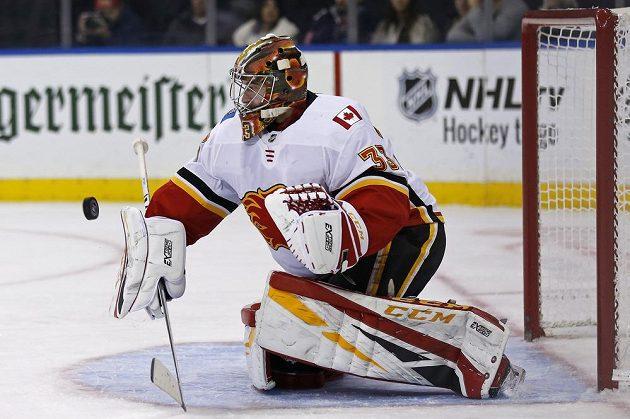 Brankář David Rittich spoluhráče z Calgary na ledě New York Rangers podržel.
