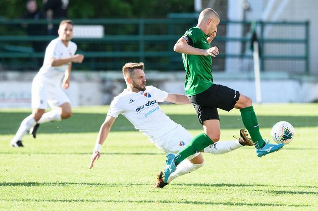 Milan Jirásek z Baníku Ostrava se snaží zastavit Jana Rezek z Příbrami během utkání 25. kola Fortuna ligy.
