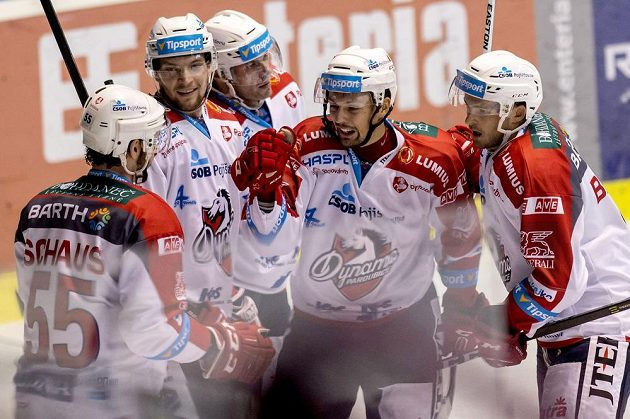 Pardubičtí hokejisté slaví gól proti Brnu v zápase 8. kola Tipsport extraligy.