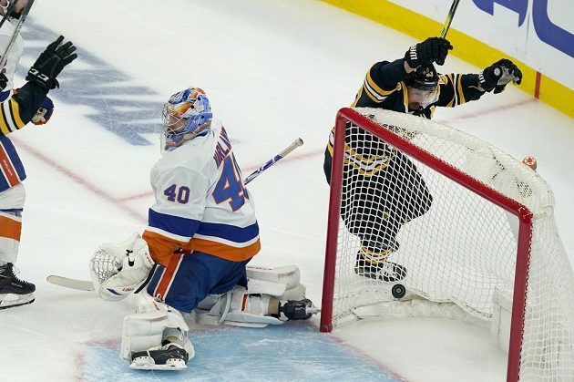 Útočník Bostonu Bruins Brad Marchand (vpravo) slaví gól v utkání play off NHL. Gólman New York Islanders Semjon Varlamov (40) je překonaný.