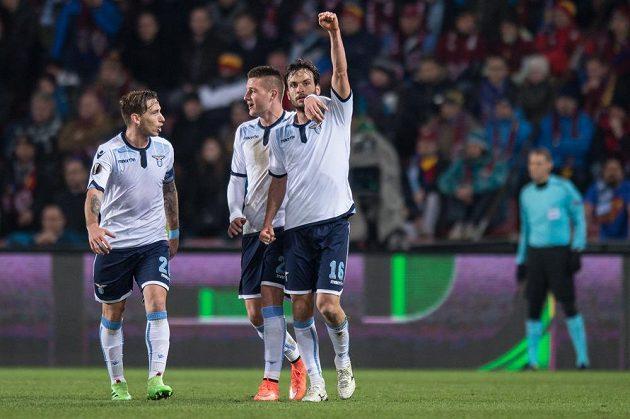 Záložník Lazia Marco Parolo (vpravo) oslavuje se spoluhráči gól na hřištěi Sparty.