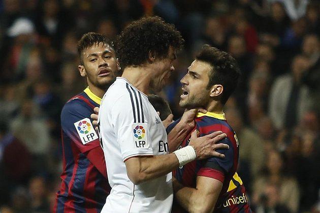 Pepé z Realu Madrid (vlevo) drží pod krkem Ceska Fábregase z Barcelony.