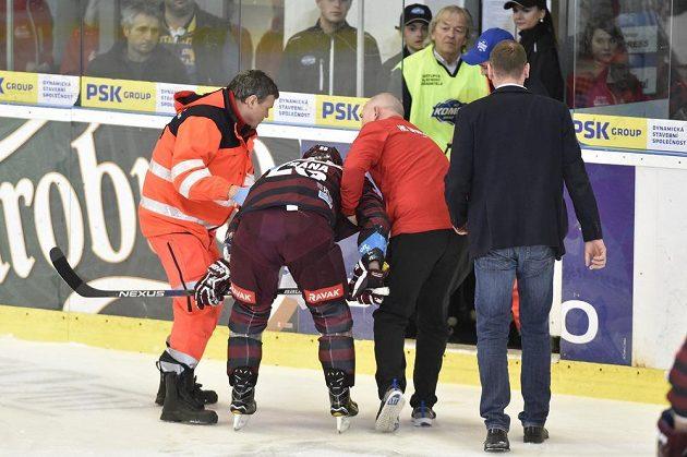 Zraněný Petr Vrána ze Sparty míří do šatny během čtvrtého zápasu čtvrtfinále s Brnem.