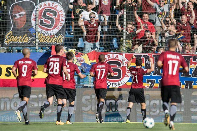 David Lafata ze Sparty oslavuje se spoluhráči gól během utkání v Mladé Boleslavi.
