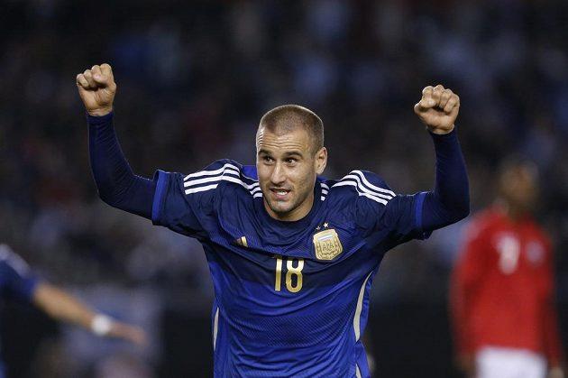 Útočník Argentiny Rodrigo Palacio oslavuje svůj gól v přípravném zápase proti Trinidadu a Tobagu.