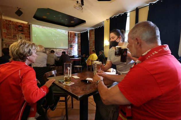 Hospoda, pivo - a fotbal v televizi...