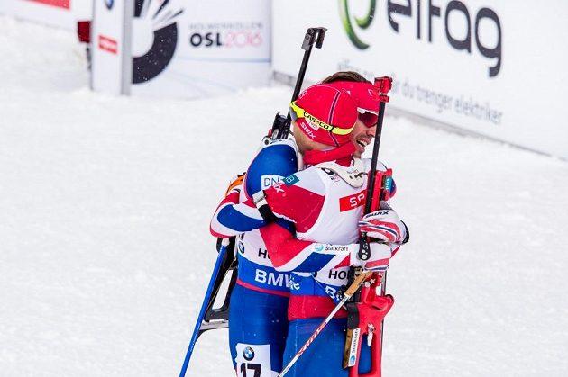 Norská radost Emila Hegleho Svendsena a Ole Einara Björndalen v cíli stíhacího závodu mužů na MS v biatlonu v Oslu.