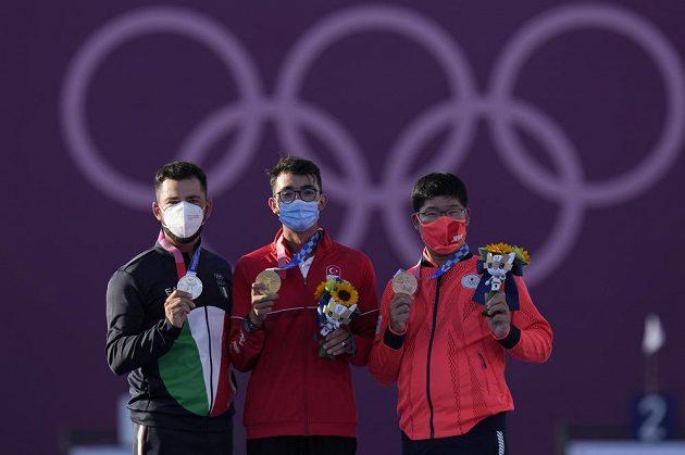 Gazoz (uprostřed) porazil ve finále 6:4 Itala Maura Nespoliho (vlevo), bronz zůstal v Japonsku po vítězství Takaharu Furukawy.