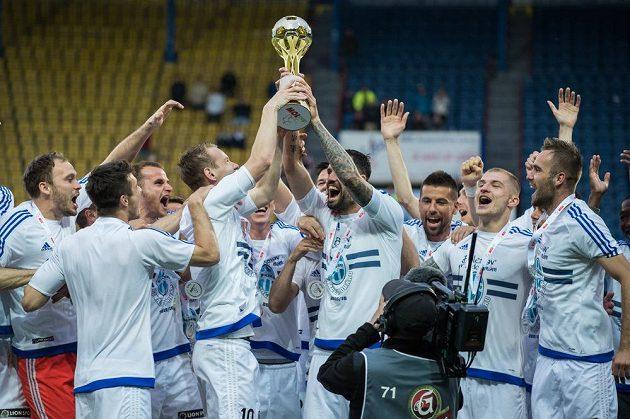 Fotbalisté Mladé Boleslaví oslavují vítězství ve finále MOL Cupu s Jabloncem.