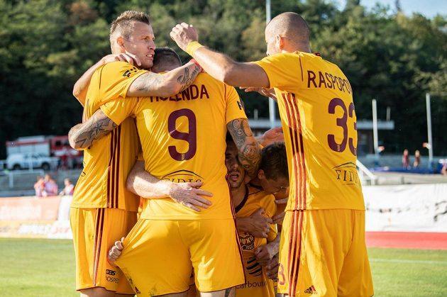 Fotbalisté Dukly Praha (zleva): Ján Ďurica, Jan Holenda a Nikola Raspopovič oslavují gól Uroše Duranoviče proti Liberci.