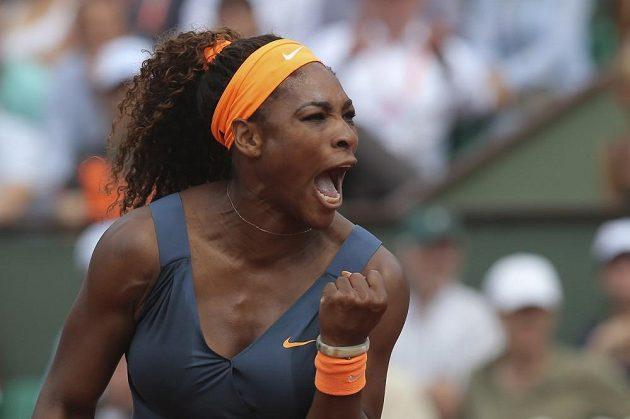 Tenistka Serena Williamsová se raduje z vyhrané výměny ve finále French Open proti Marii Šarapovové,