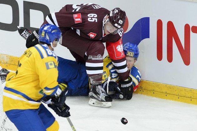 Sparťanský obránce Michal Čajkovský (č. 65) a Jörgen Langdalen ze Storhamaru (č. 14) bojují o puk.