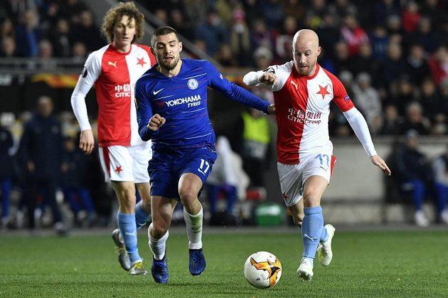 Zleva Alex Král a Miroslav Stoch ze Slavie a Mateo Kovačić z Chelsea (uprostřed).