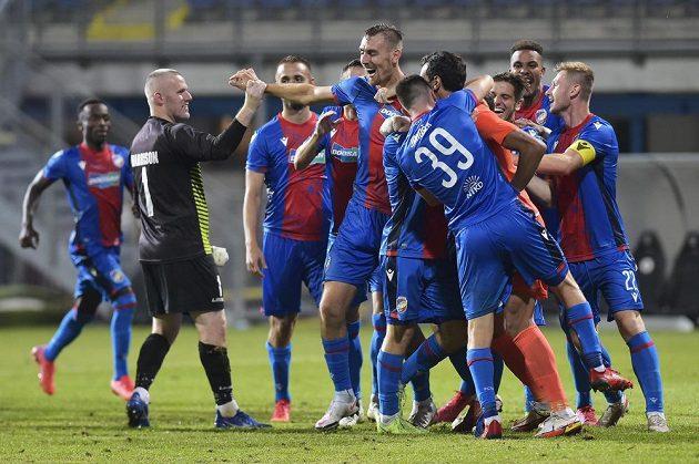 Brankář The New Saints Paul Harrison blahopřeje k postupu Tomáši Chorému z Plzně i dalším fotbalistům Viktorie.