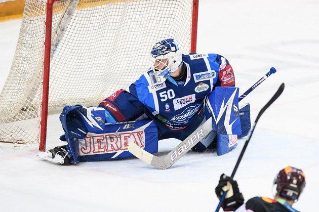 Brankář Brna Karel Vejmelka inkasuje gól na 4:3 od Michala Řepíka ze Sparty.