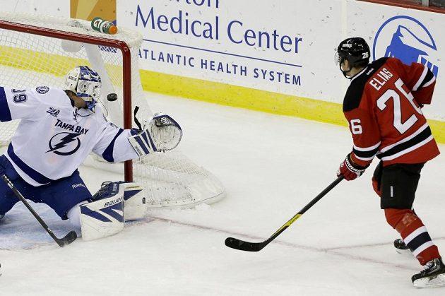 Patrik Eliáš překonává gólmana Tampy Anderse Lindbäcka. Útočník New Jersey si navrch připsal i dvě asistence a s třinácti body potvrdil pozici nejproduktivnějšího Čecha v probíhající sezóně NHL.
