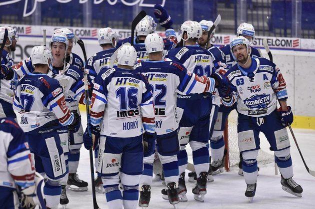 Hokejisté Brna se radují z vítězství.
