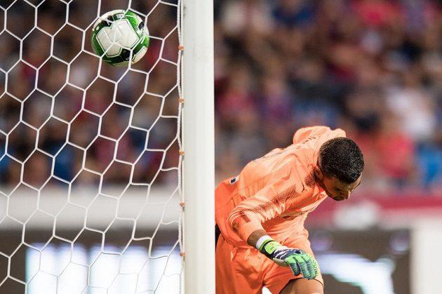 Brankář Larnaky Juan Pablo inkasuje gól se střely plzeňského Marka Bakoše z přímého kopu.