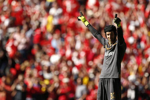 Petr Čech se raduje. Pomohl Arsenalu k výhře nad Chelsea a zisku Community Shield.